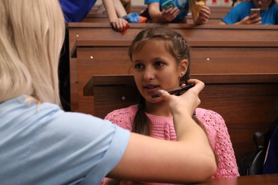 """Журналист """"5 сов"""" Анастасия Кобзева берёт интервью у участницы фестиваля"""